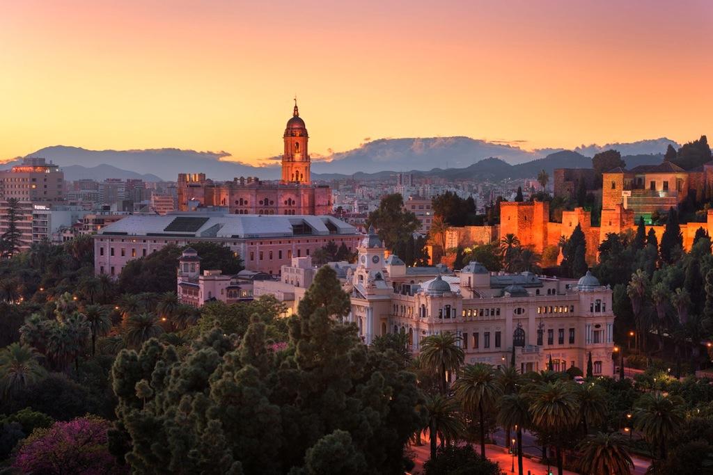 Zicht op Malaga in de avond, de Kathedraal en het Alcazaba