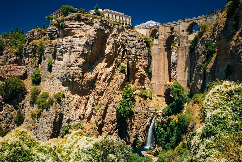 Spectaculair Ronda met een waterval in de ravijn