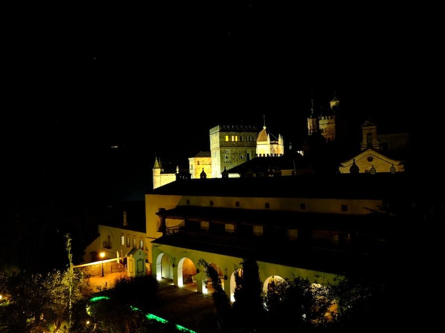 Zicht op de binnentuin van de Parador en het kloostervan Guadalupe bij nacht