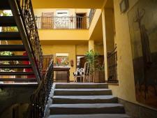 Verzorgd-hotel-met-9-kamers-in-een-middeleeuws-dorpje