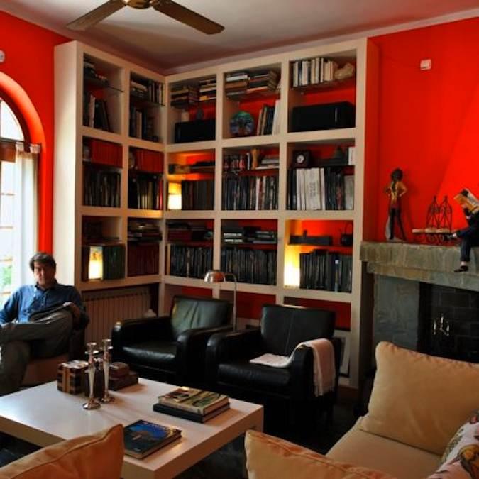 Salon met bibliotheek en José Manuel, de eigenaar...
