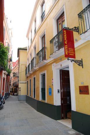 De facade van het hotel