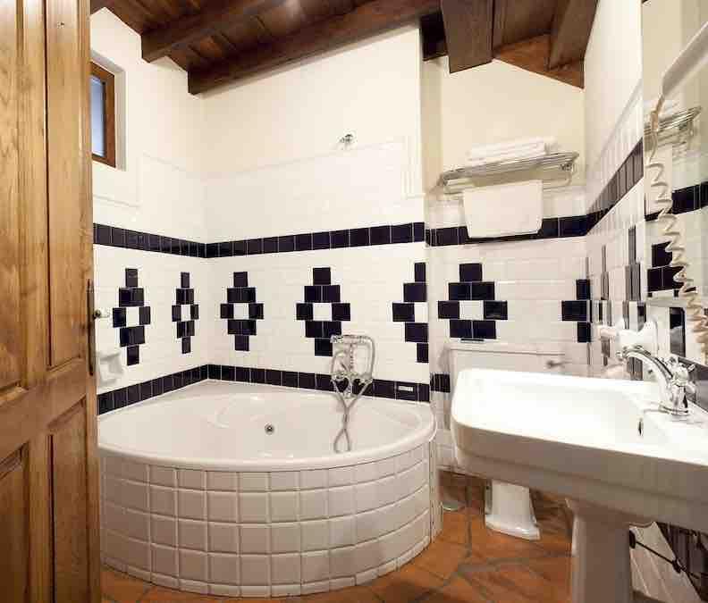 Ruime badkamer met bad
