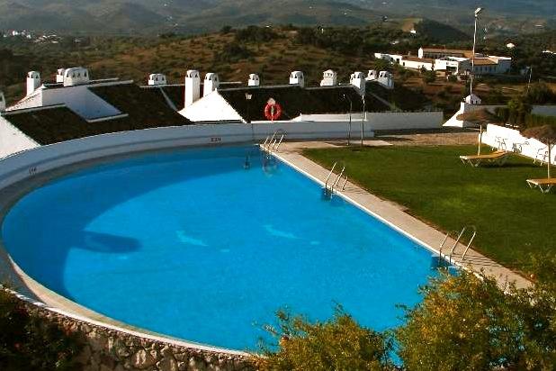 Zwembad met zonneweide