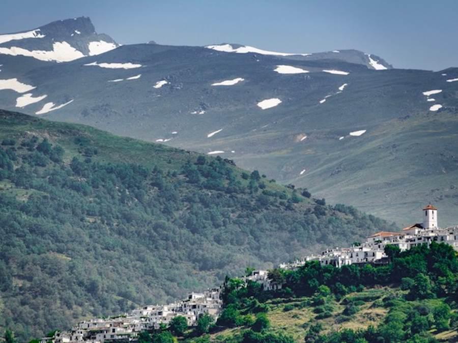 Zicht op Capileira met de toppen van de Veleta