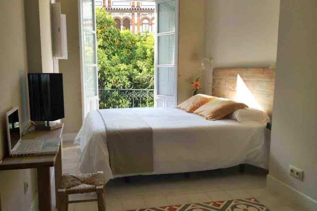 Charmant hotel aan het allermooiste pleintje van de Barrio Santa Cruz