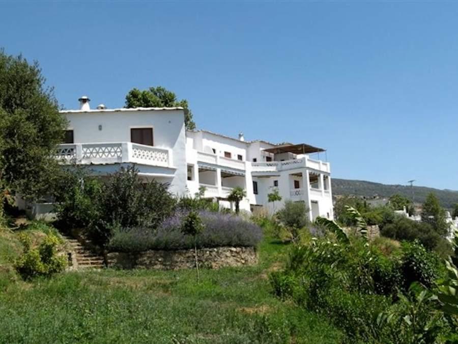 Landelijk appartementencomplex net buiten het witte dorpje Pitres