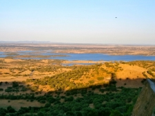 Uitzicht over het stuwmeer en het grensgebied Portugal en Spanje
