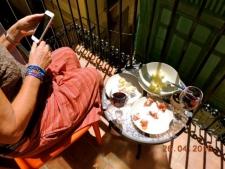 Op het balkonnetje in de zon
