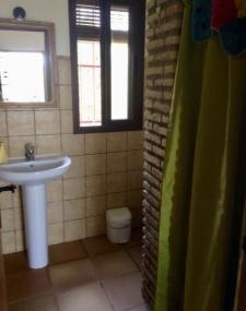 De huizen hebben 1 badkamer met douche