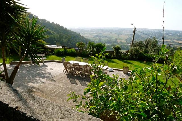 Grote tuin met zitjes en uitzicht