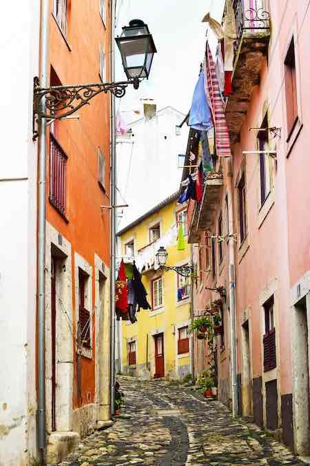 Straatje in Alfama, Lissabon