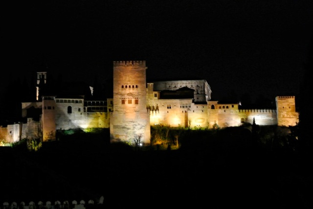 Het ALHAMBRA verlicht en vanuit ons restaurant