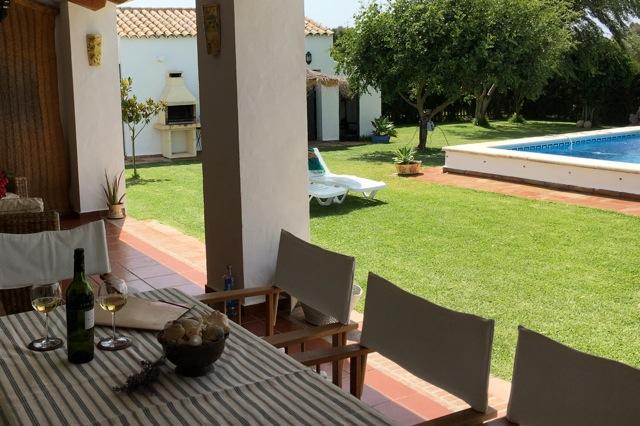 Het overdekte terras met eet- en zithoek