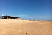de houten strandtentjes op het strand van El Palmar (van juni tot oktober)