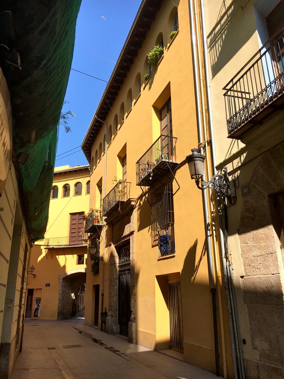 Het autovrije straatje in de middeleeuwse wijk
