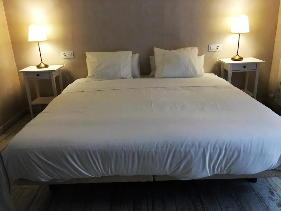 Masterbedroom met bed van 2x2 meter