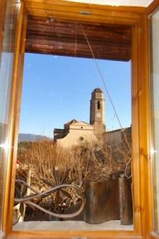 zicht op de kerk vanuit een van de kamers