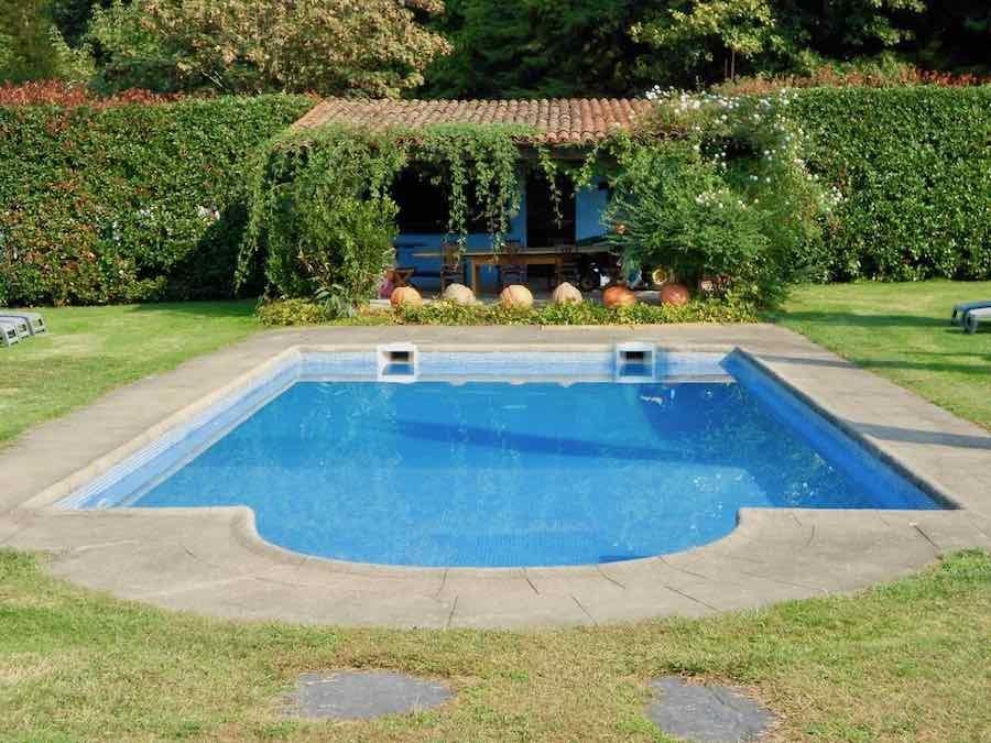een van de twee zwembaden