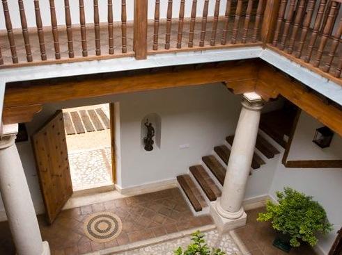 Patio met houten gallerijen