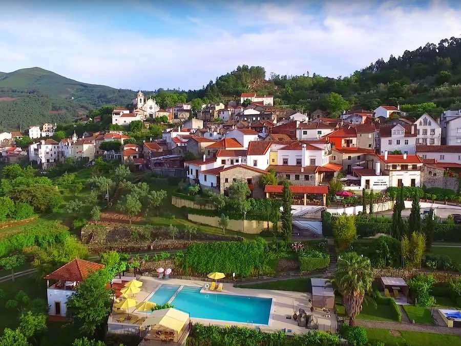 Het kleine dorpje met het hotel aan de rand