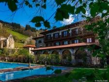 De tuin met zwembad van het hotel in De Picos de Europa, Cantabrië