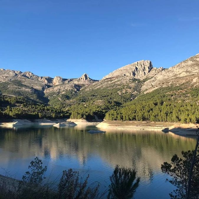 Op het meer van guadalest kun je prachtig wandelen