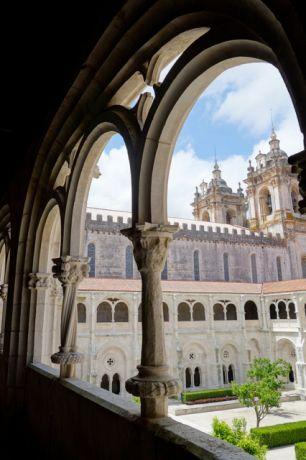 Het indrukwekkende klooster van Alcobaca, een van de eerste Gotische bouwwerken van Portugal