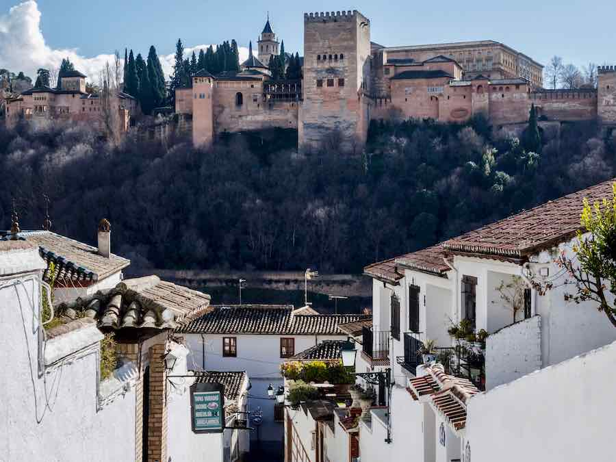 Zicht op het Alhambra in Granada vanuit Albaicin