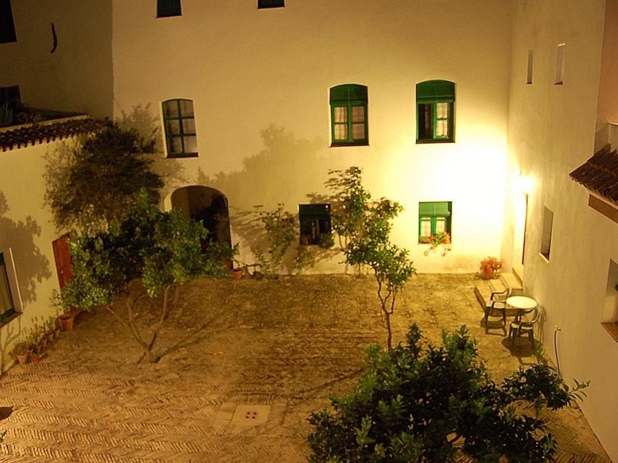 De patio bij nacht
